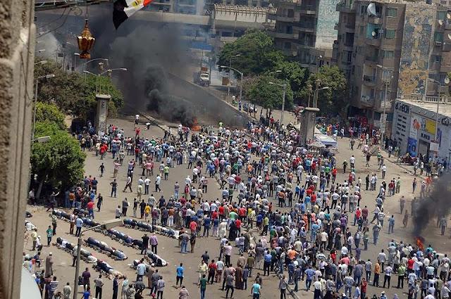 صور تُنشر لأول مرة لأحداث ميدان الجيزة ونفق الهرم أثناء مذبحة الفض 994380_10202386931815075_592454948_n