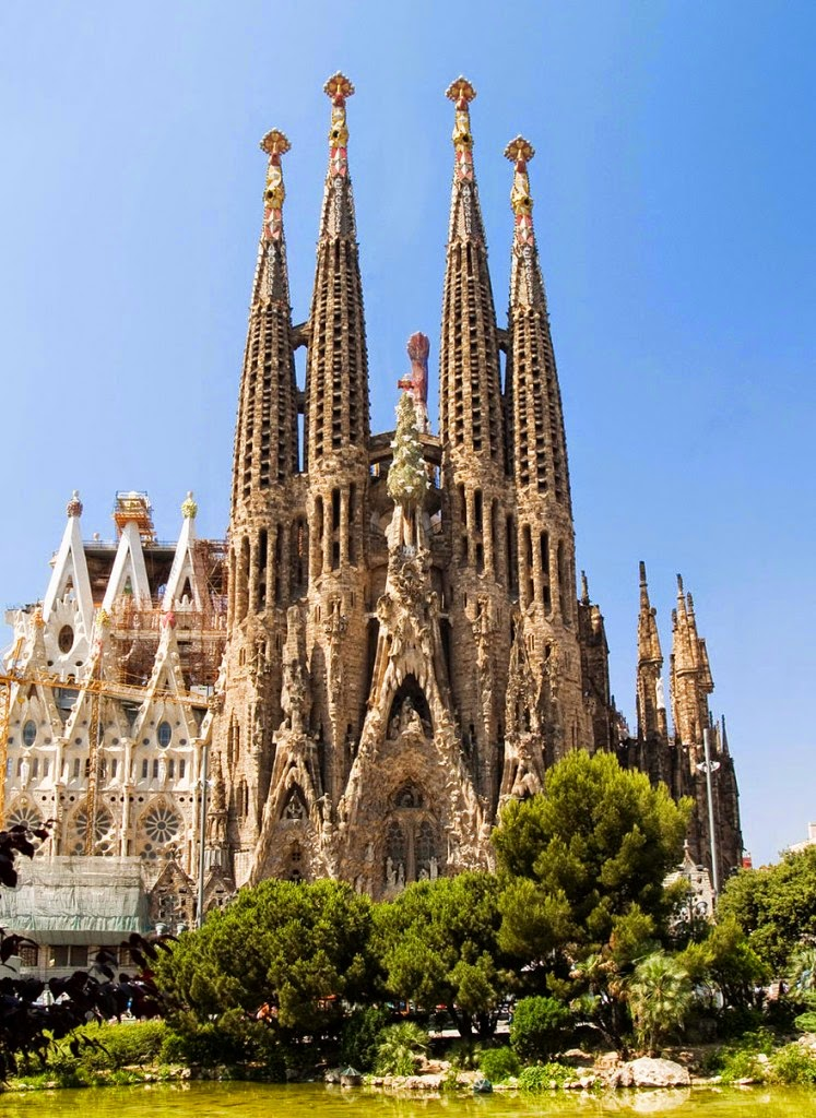 16 Of Your Favorite Landmarks Photographed WITH Their True Surroundings! - Sagrada Familia, Barcelona