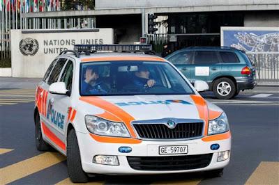 Fotografia de Um carro da polícia suíça junto à sede da ONU em Geneve