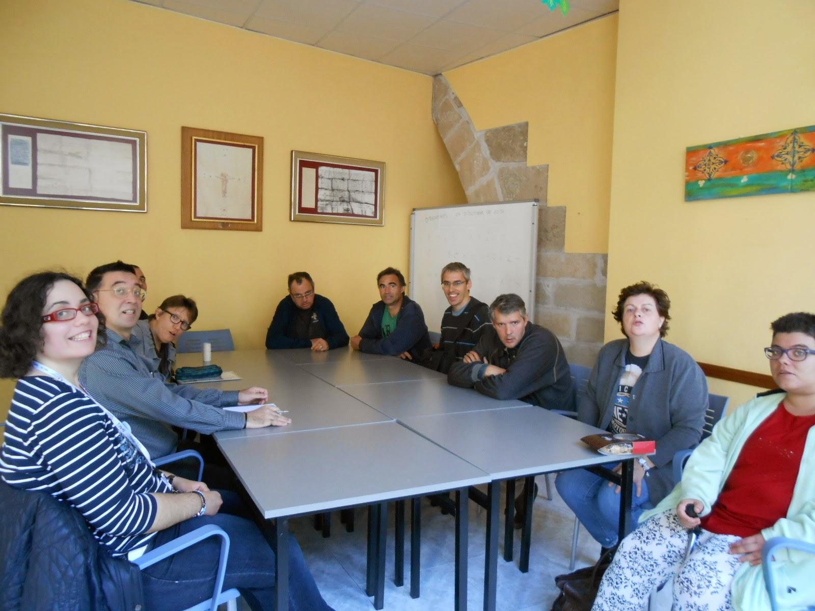 El grup de gent de Salut Mental que vam anar a fer la visita, esperant a la directora perquè ens faci l'explicació