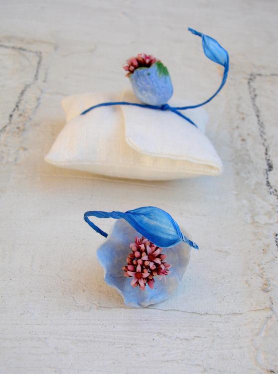 segnaposto e accessori per matrimio etico , anello con fiore fresco e di carta