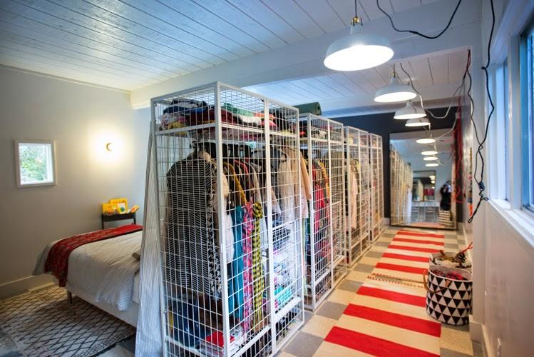decoracao-quarto-quatro-camas-guarda-roupa
