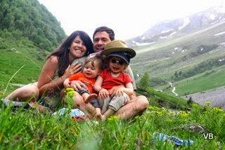Céline des Petits Baroudeurs et sa famille en montagne