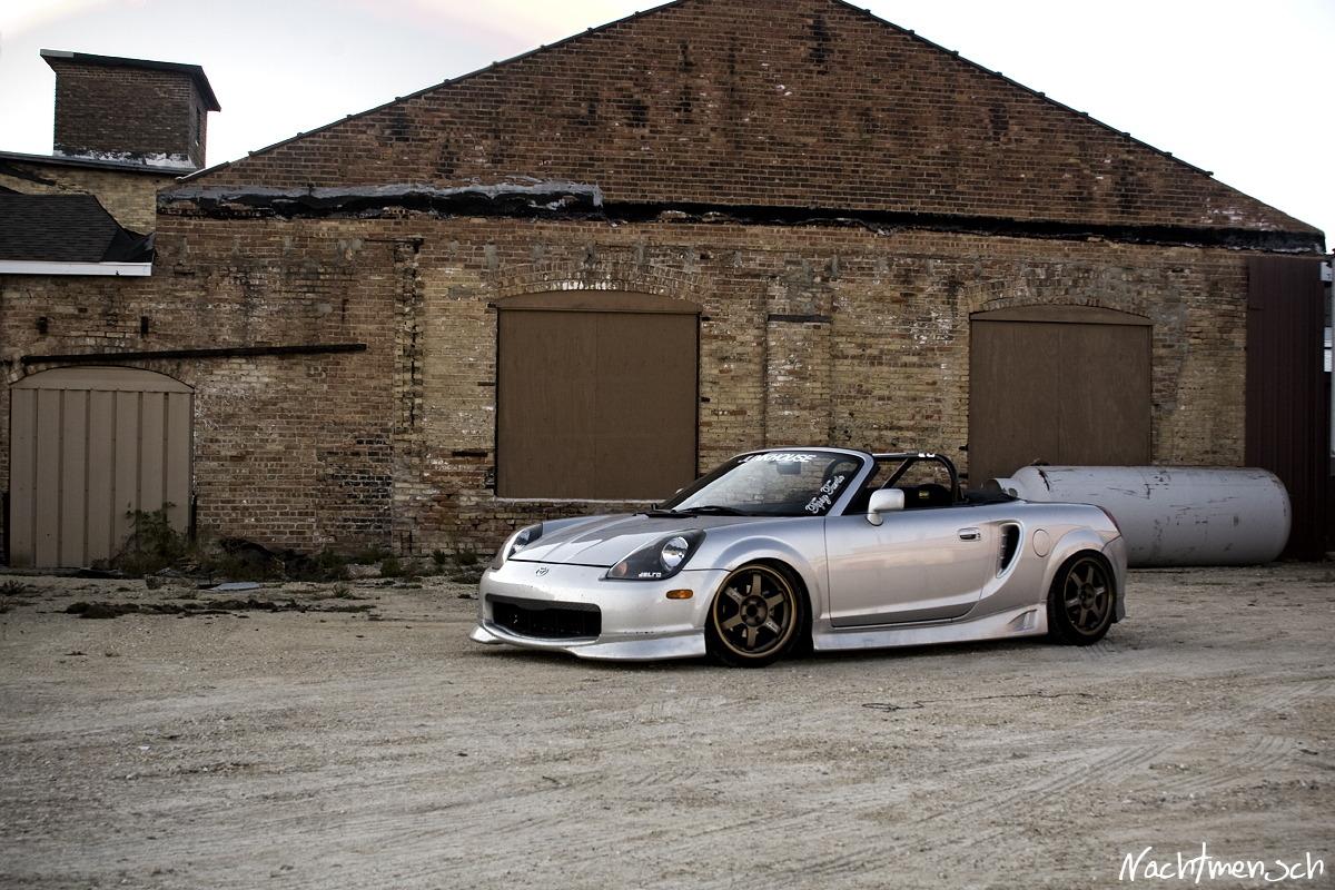 Toyota MR2, ZZW30, ściągany dach, japońska motoryzacja, foto, modyfikacje, sport, srebrna, piękna, design, ładny, brązowa felga
