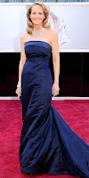 Хелън Хънт на Оскари 2013 в тъмносиня рокля и диамантено колие