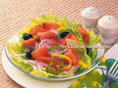 Salada de salmão com pimentões e alface