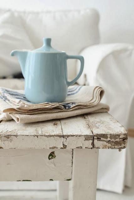 lechera azul de ceramica mesa decapada blanca