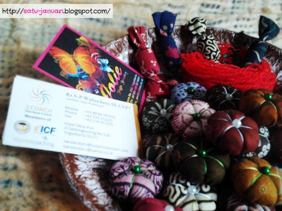 Menata Vas Bunga Batik, Hiasan Permen dan Kartu Nama