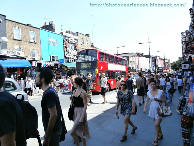 Camden High Street crowded on Sunday afternoon. Camden High Street llena de gente el domingo a mediodía.
