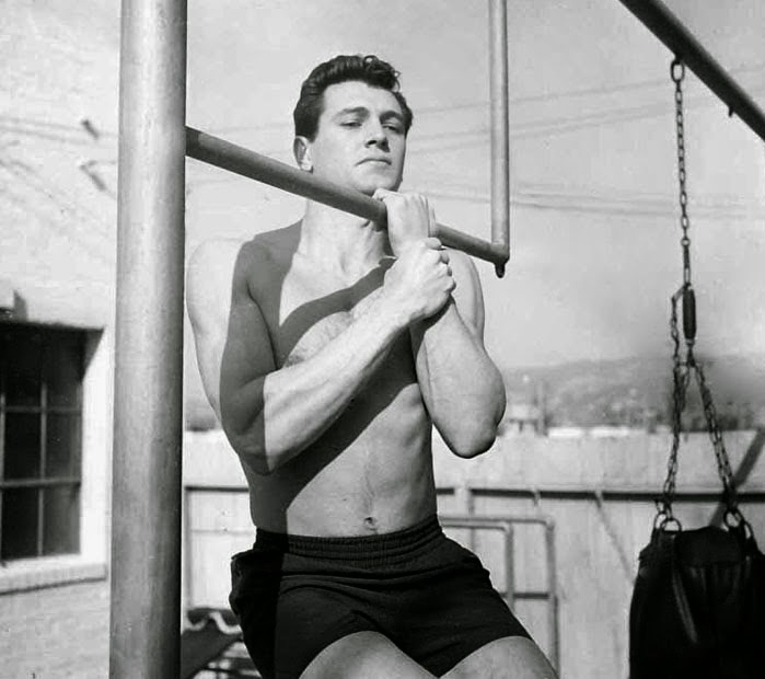 Rock Hudson haciendo dominadas
