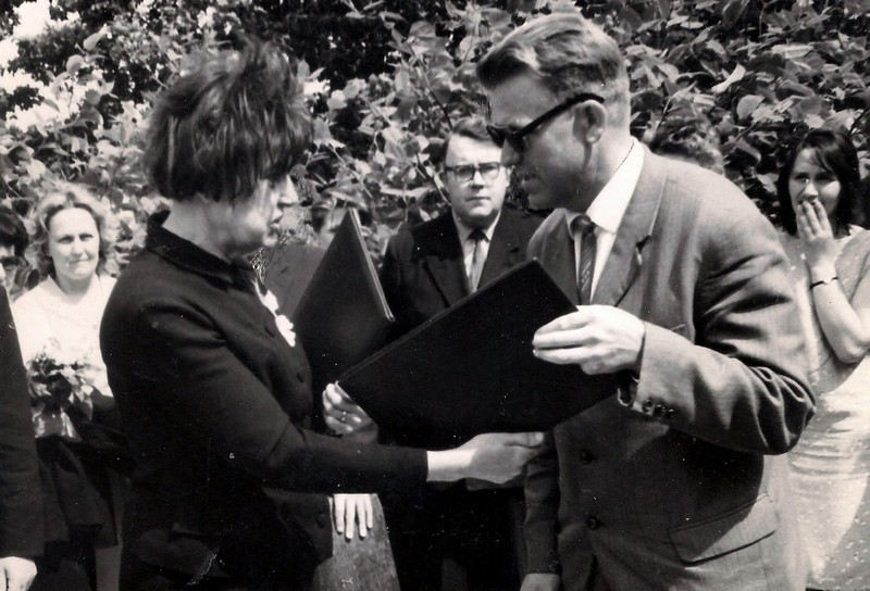 Memoriālās plāksnes atklāšanā 1967. g. 4. jūnijā V. Amtmani sveic skolas direktors Vasilijs Iskrovs