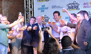 Autoridades e empresários brindam pelo sucesso do salão internacional de cervejas artesanais