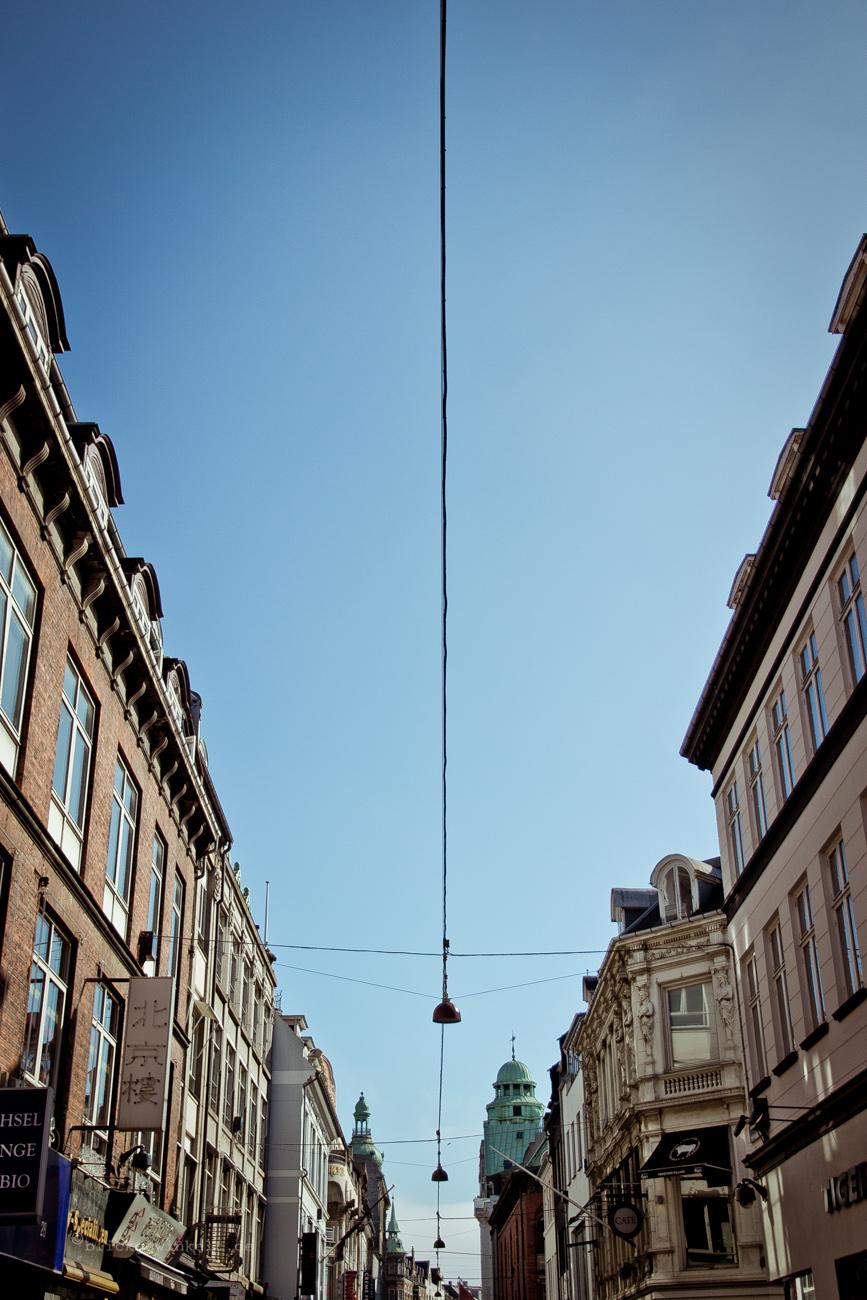 Blick in den Himmel auf der Stroget, der Einkaufspassage Kopenhagens