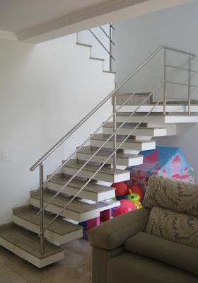 A escada de perfil aparente abriga os brinquedos da casa, trazendo alegria ao ambiente.
