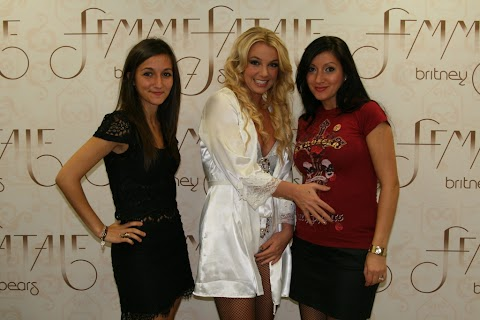 incredibile: britney cambia posa e sorride ai meet & greet