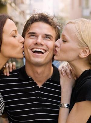 علامات خيانة الرجل - الزوج - الخيانة الزوجية - man cheating on woman - women kissing a man