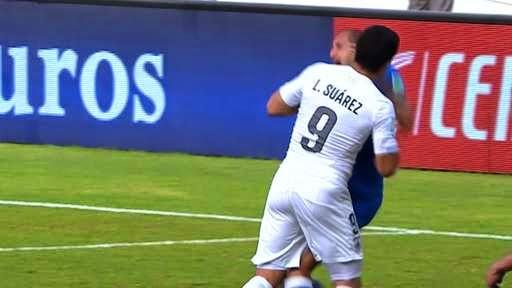 Suarez menggigit Chiellini source: http://ichef.bbci.co.uk