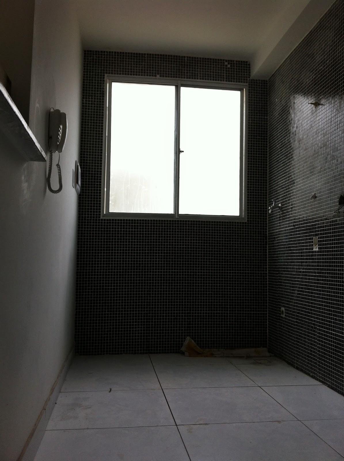 piso é o Porcelanato Acetinado Bold Project Neve Branco de 58x58cm  #3E8D3E 1195x1600 Banheiro Com Porcelanato Acetinado