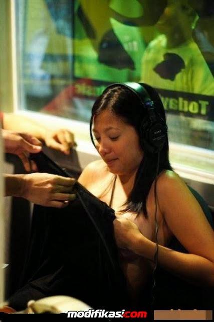 Cewek Cantik Penyiar Radio Nekat Siaran Sambil Bugil