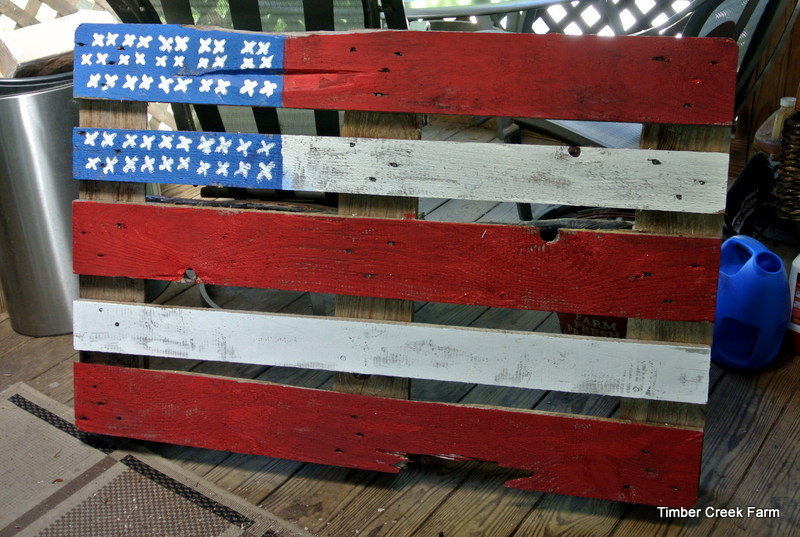 one hour craft turns a used pallet into an american flag decoration