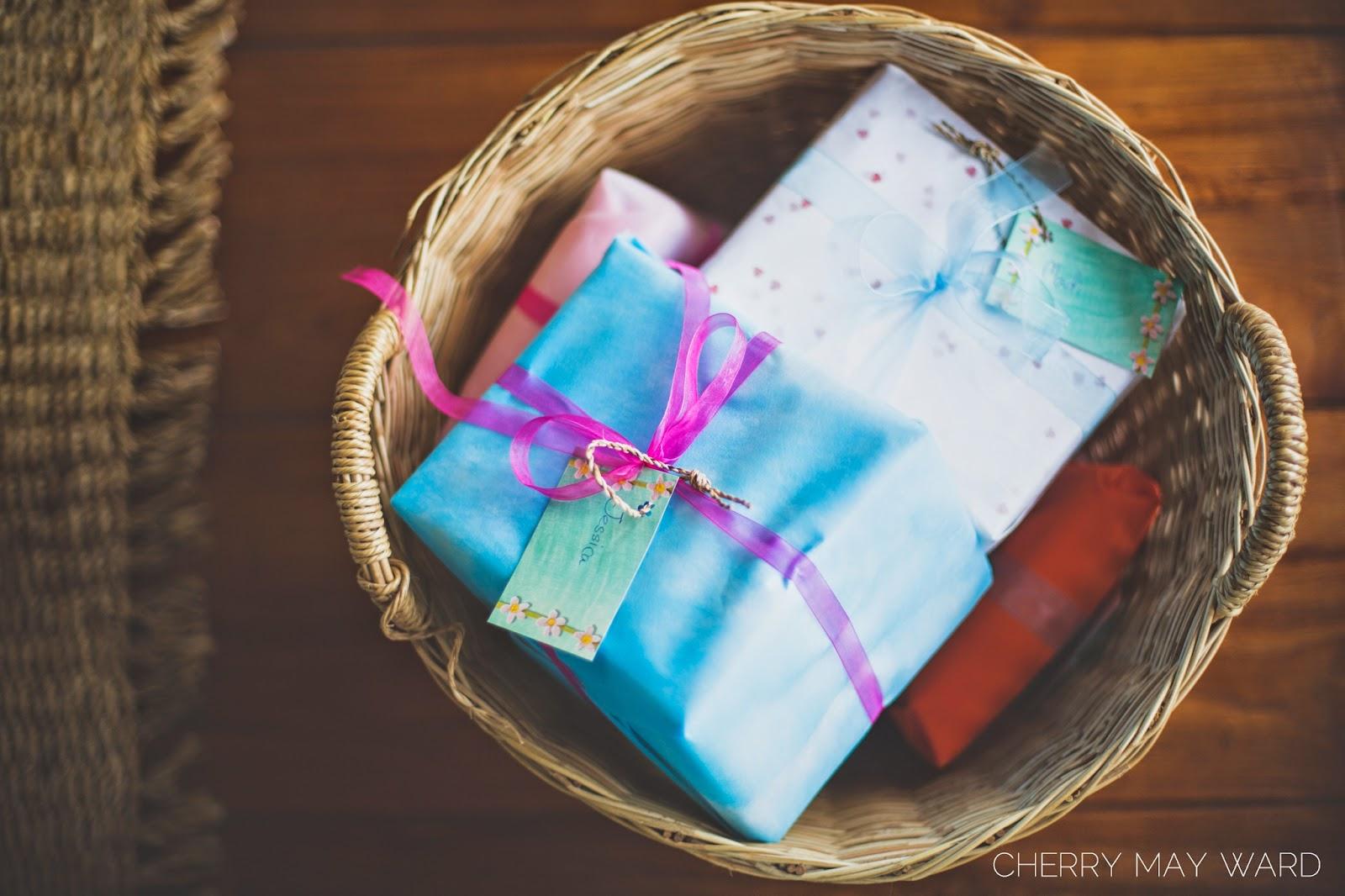 wedding gifts, Koh Samui wedding, Thailand, Getting married in Thailand, gifts in a basket, Koh Samui professional wedding photographer,