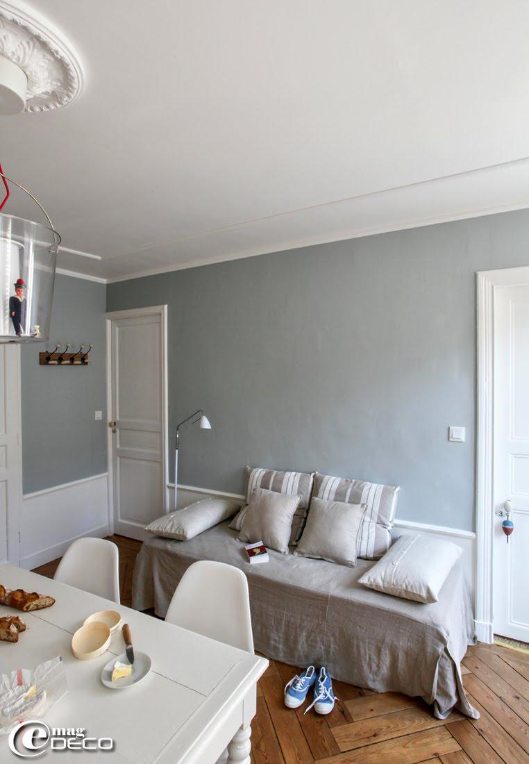 Dans la cuisine d'un gîte de 'La Maison Matelot', un lit d'appoint est transformé en canapé