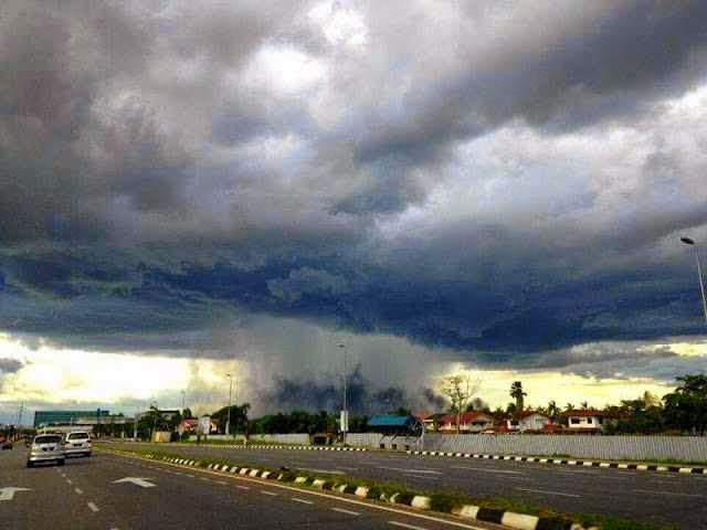 Gambar Aneh Tapi Nyata - hujan lokal