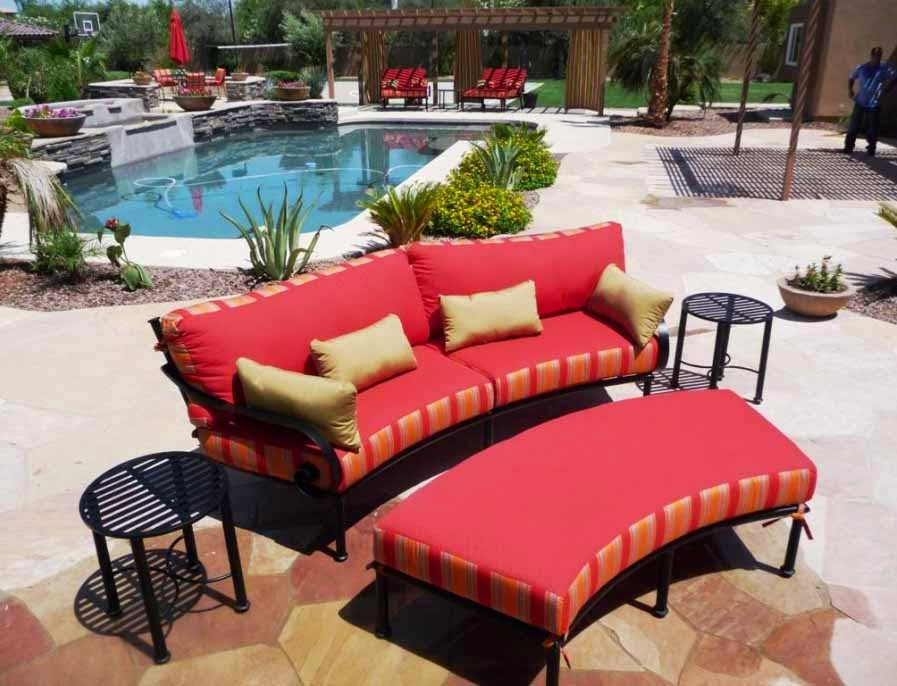 Sofa Merah Empuk dekat kolam renang, sofa elegan