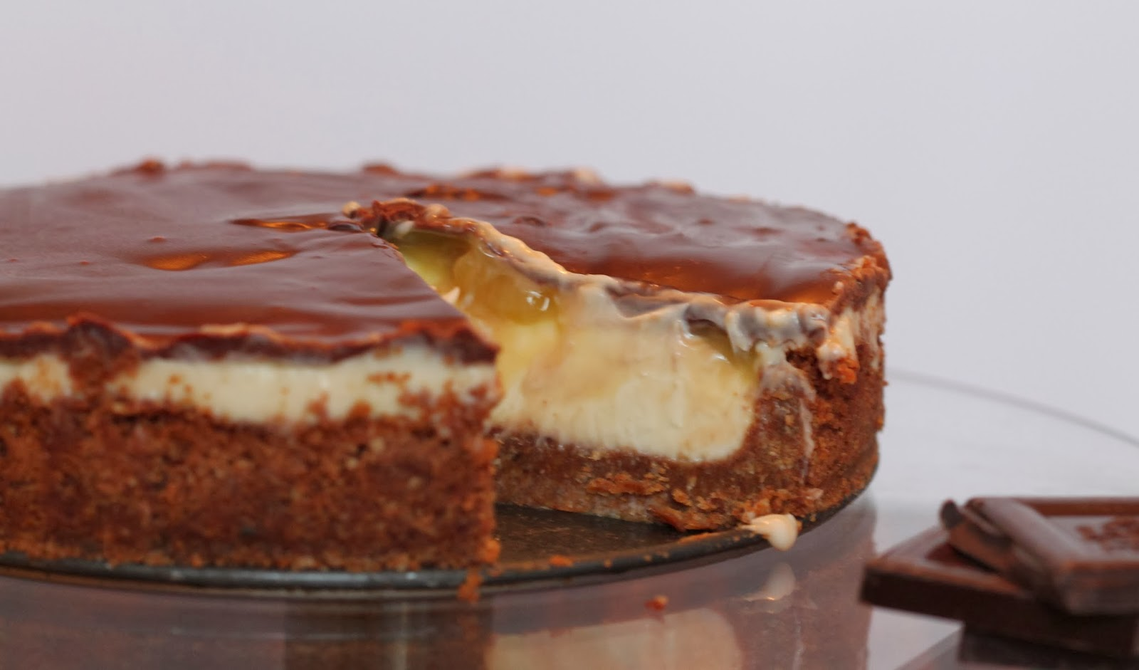 Lemon curd and chocolate cheesecake pie