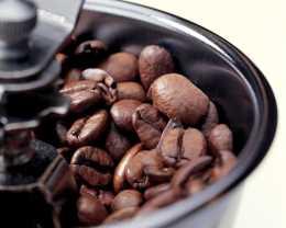 Зерна заварного кофе в кофемолке