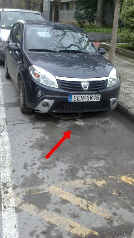 ο δήμαρχος Έδεσσας παρκάρει σε χώρο στάθμεσης ΑΜΕΑ