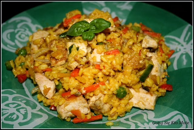 Ryż smażony po kantońsku z kurczakiem i warzywami