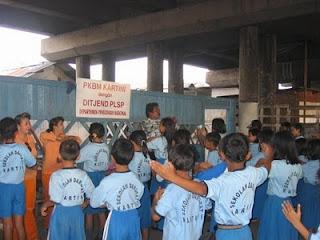 sekolah kartini di bawah kolong jembatan