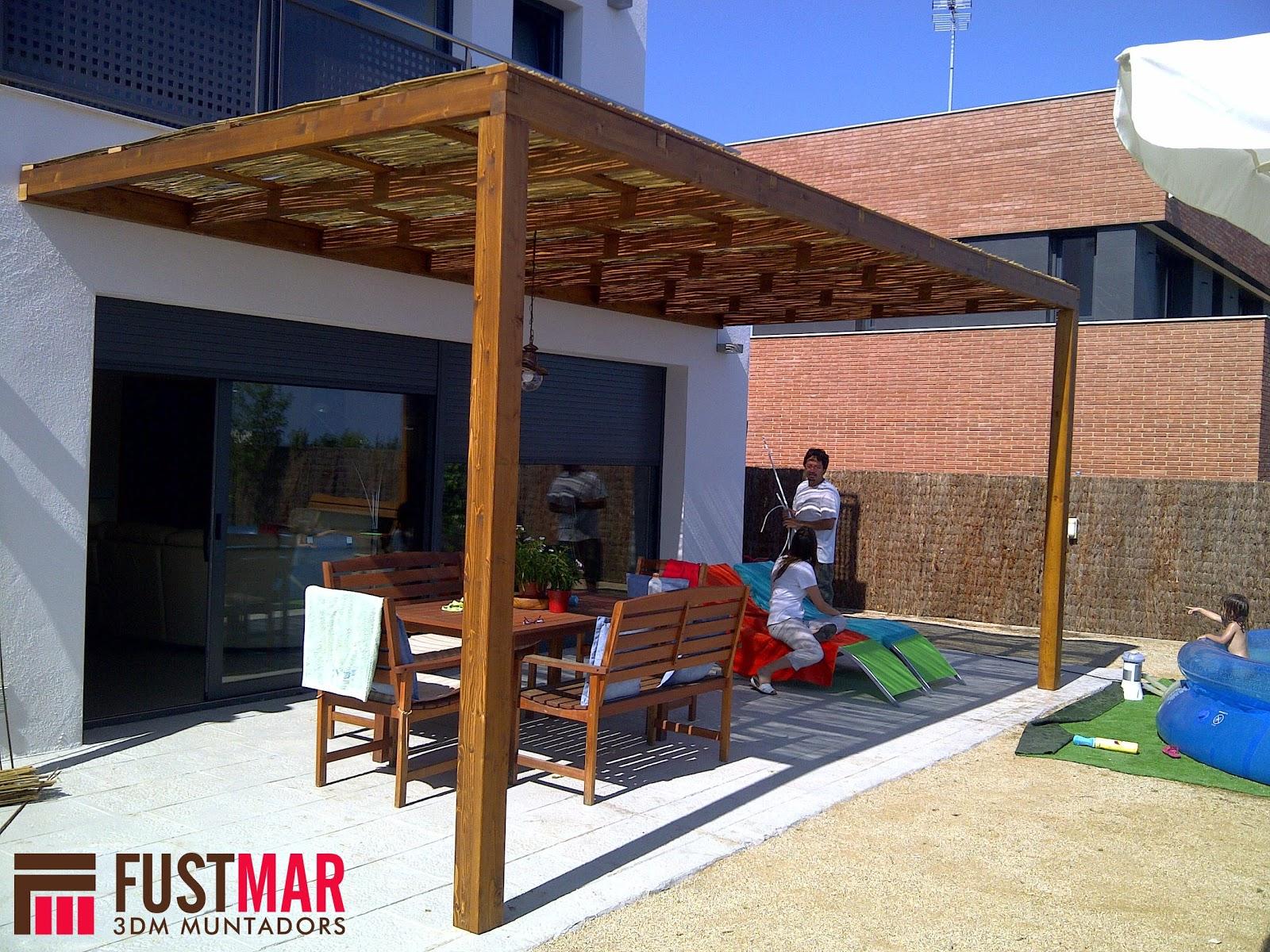 Carpinteria fustmar pergola de madera de abeto laminado con techo de ca a de bamb - Pergolas de bambu ...