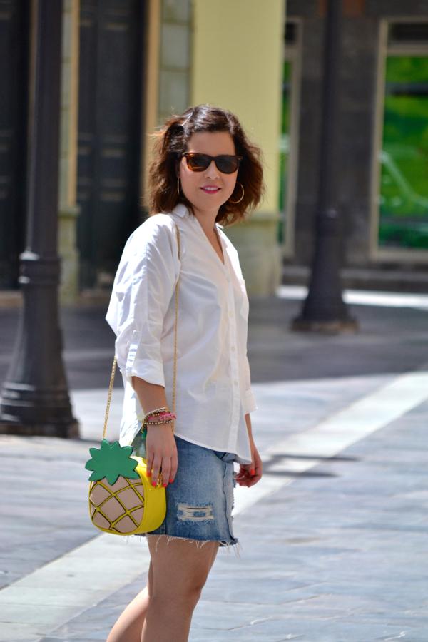look_falda_vaquera_camisa_blanca_oversize_bolso_piña_lolalolailo_02