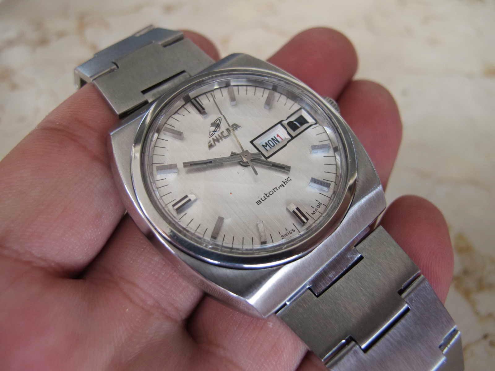 Cocok untuk Anda yang sedang mencari jam tangan Swiss made dengan brand ENICAR white dial Prisma glass