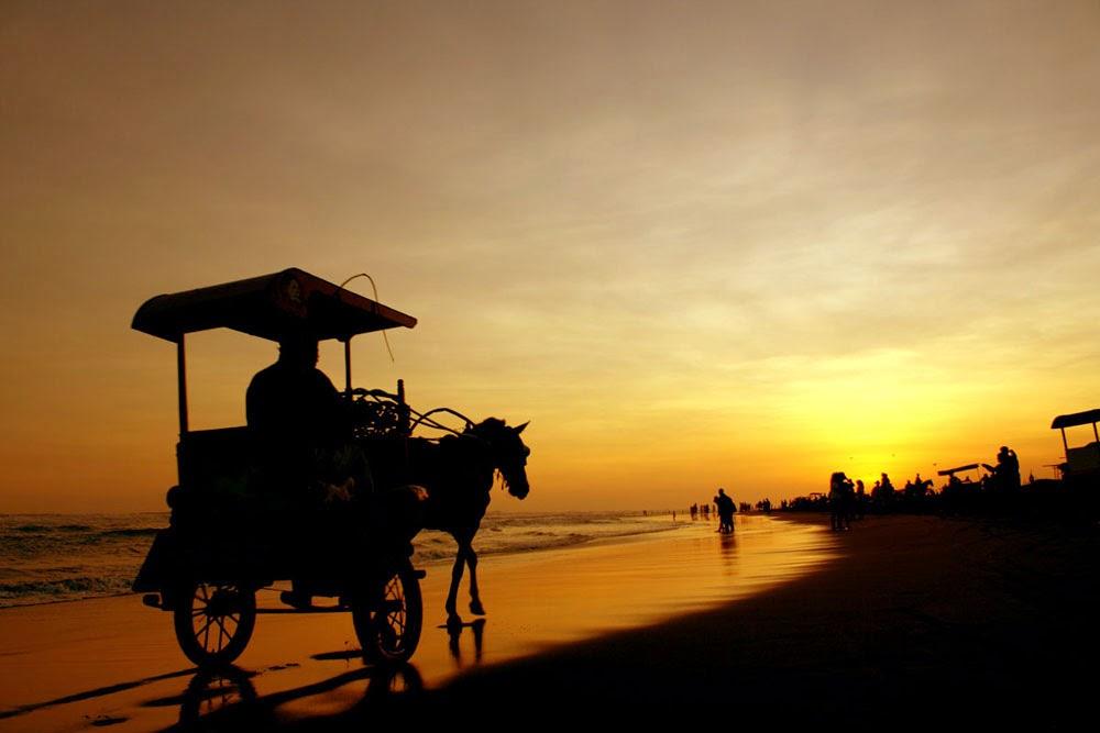 Foto Andong di Pantai Parangtritis Yogyakarta, sunset di pantai parangtritis, pantai parangtritis indah, pantai parangtritis di sore hari