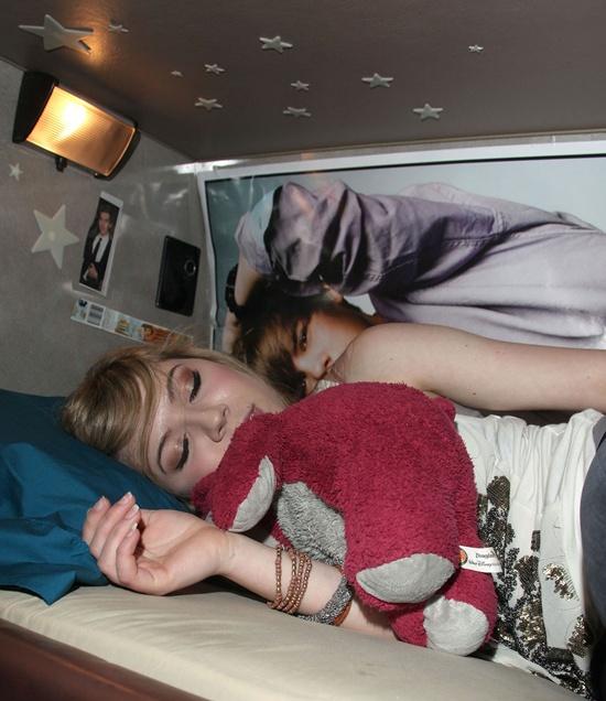 Jennette McCurdy posa orgullosa junto a su poster de Justin Bieber