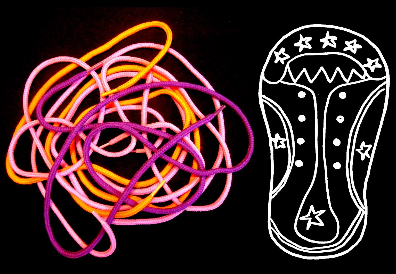 Cordones de colores junto a zapato dibujado en trazos blancos. ©Selene Garrido Guil