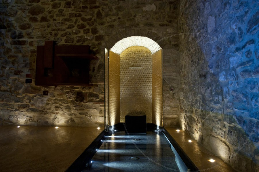 Una spa privata dai riflessi dorati in una splendida cornice medioevale coffee break the - Faretti a pavimento per interni ...