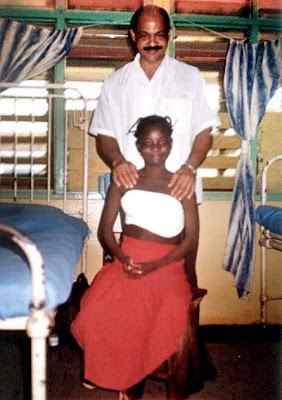 Mariama, después de operada, junto al médico Elvis Pardo Olivares, de Santiago de Cuba, cirujano principal de su intervención.  (Fotos tomada por el médico Lino Abel)