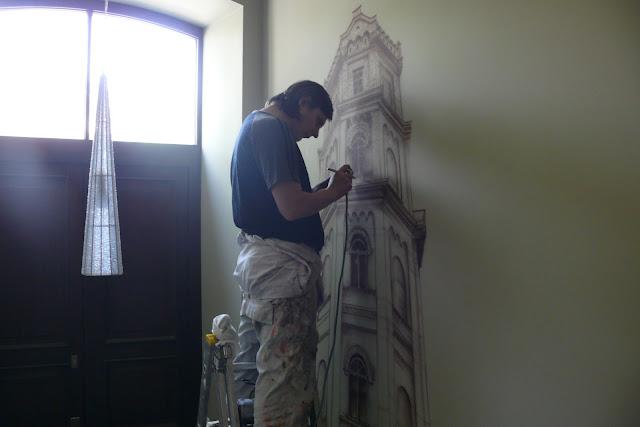 Ozdabianie ściany poprzez malowanie obrazu na ścianie, malowanie wierzy ciśnień