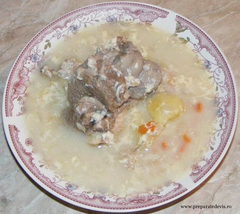 retete culinare de mancare ciorba taraneasca din carne si oase de porc dreasa cu zdrente de ou,