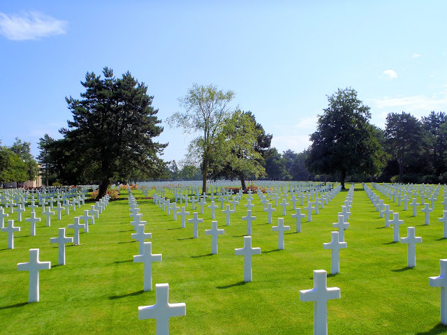 Colleville Cemetery on Omaha Beach Normandy. Photo was taken from Plot E looking toward Plot C and the circular chapel at the upper left. Photo: WikiMedia.org.