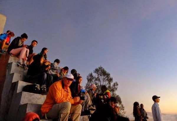 Menunggu sunsrise di puncak Kelimutu, Flores.