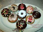 Karácsonyi fűszeres muffin, szaloncukorral, marcipánnal, habkarikákkal valamint csokoládé dísszel.
