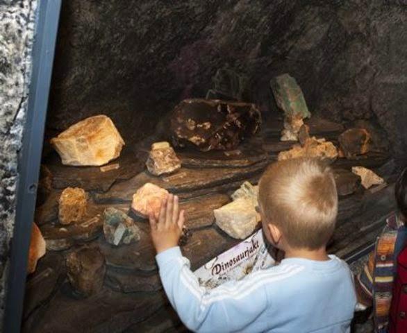 Nede i gruvetunnelene kan barna gå på skattejakt.