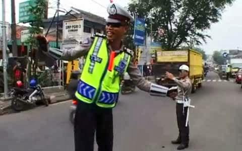 [Video] Polisi Atur Lalu Lintas Sambil Dangdutan
