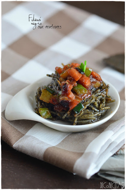 Fideuá negro con verduras