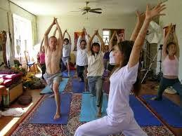 le yoga peut se pratiqué aussi bien individuellement que dans une salle